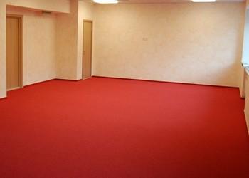 настил коврового покрытия в зале