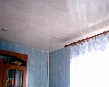 пластиковый потолок в зале