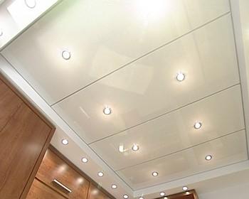 потолок в ванной пластиковыми панелями
