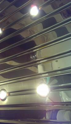 установка реечного алюминиевого потолка