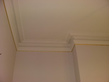 Шпаклевка потолка с молдингами