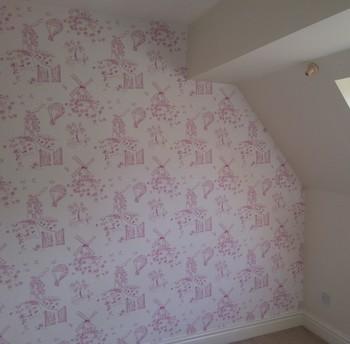Оклейка стен обоями с рисунком