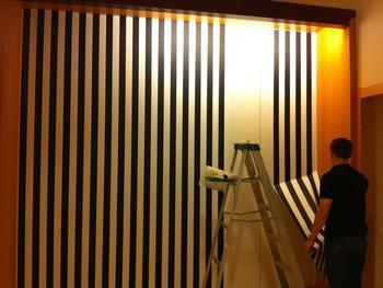 Процесс поклейки обоев на стену